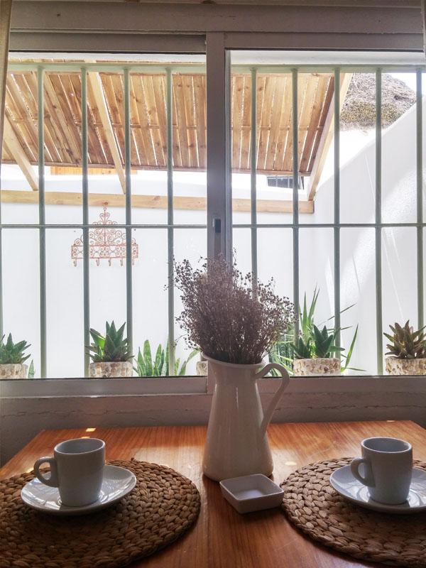 bungalow con terraza en canos de meca detalle mesa