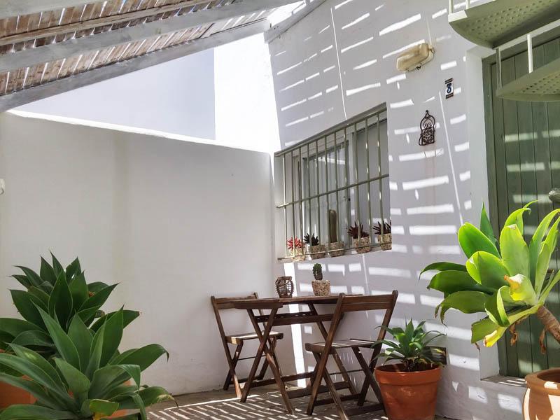 bungalow con terraza en canos de meca detalle patio