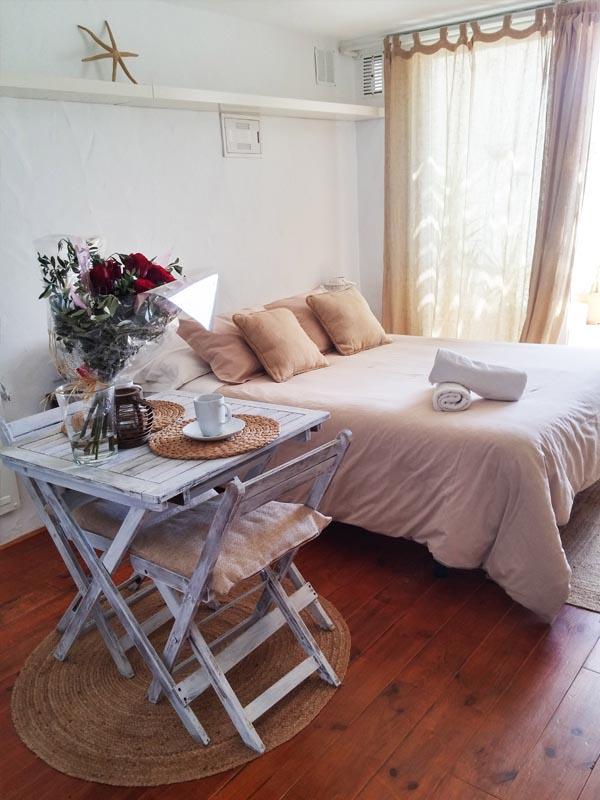 bungalow en canos de meca cama y mesa